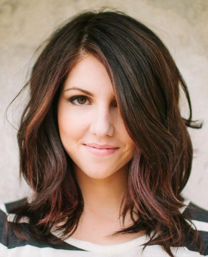 1-coupe-de-cheveux-dégradé-femme-yeux-beaux-cheveux-marrons-levres-roses