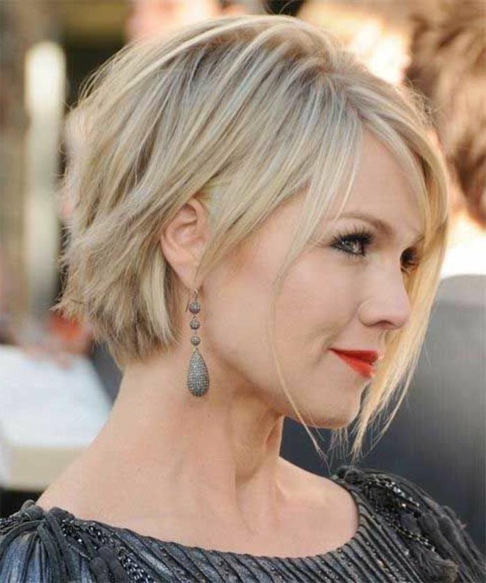1-coupe-de-cheveux-femme-cheveux-blonds-levres-rouges-jolies-boucles-d-orilles