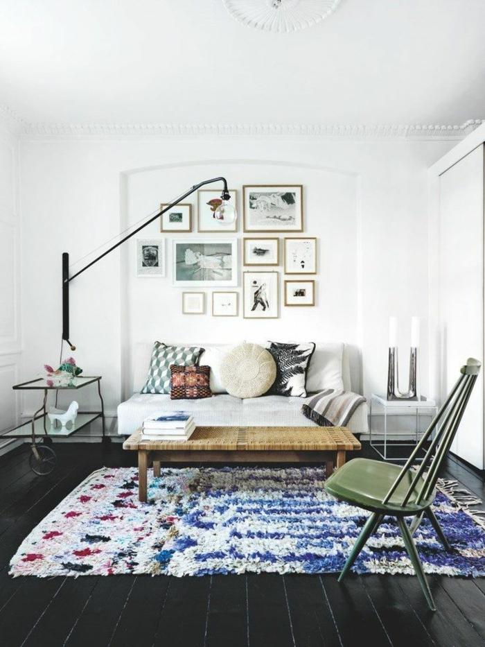 1-deco-salon-marocain-avec-tapis-colore-marocain-canape-marocain-avec-coussins-decoratifs-colorés