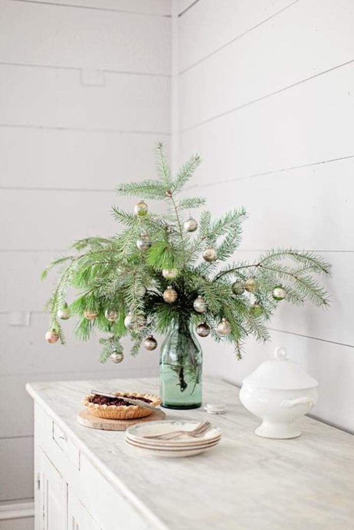 1-decoration-de-noel-interieur-avec-un-branche-de-sapin-vert-dans-le-salon-avec-murs-blancs