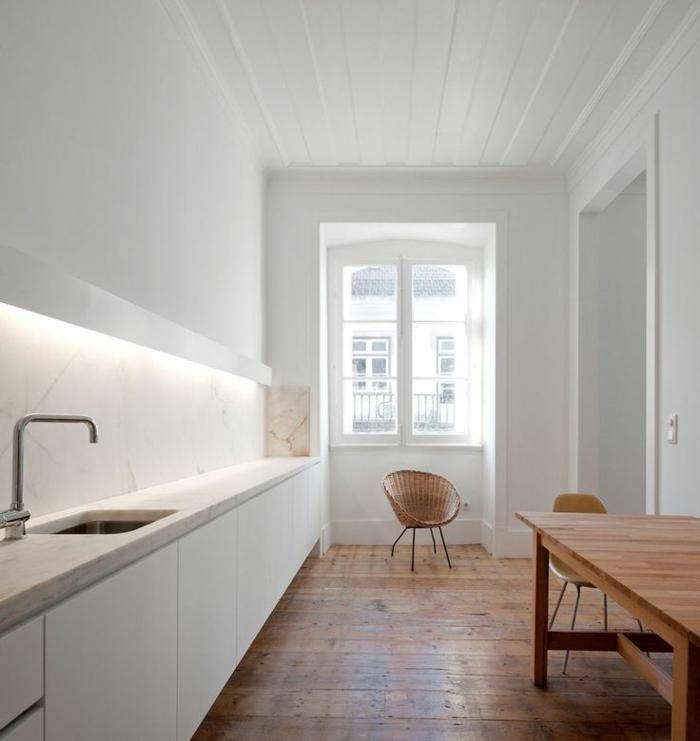 1-eclairage-indirect-cuisine-avec-sol-en-parquet-en-bois-ancien-comment-amenager-la-cuisine