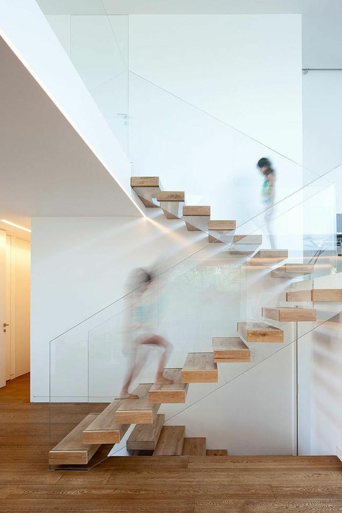 1-escalier-tournant-en-bois-calcul-d-escalier-en-bois-clair-avec-verre-murs-blancs