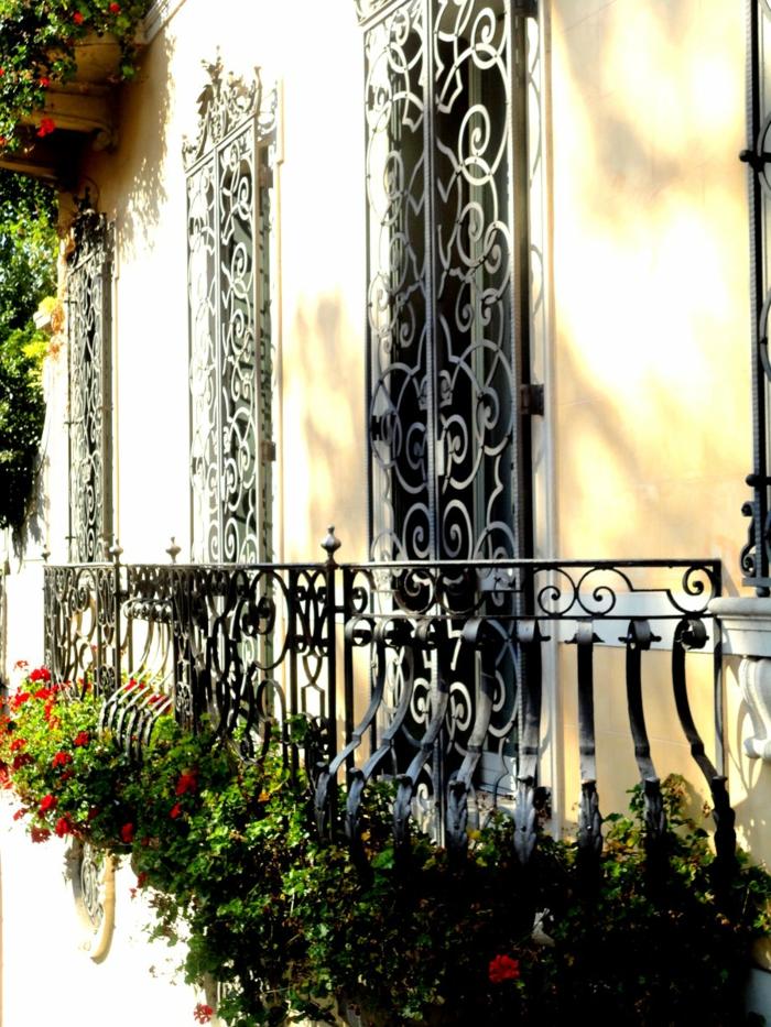 1-fleurs-de-balcon-modernes-comment-bien-decorer-le-balcon-en-fer-noir-fleurs-pour-le-balcon