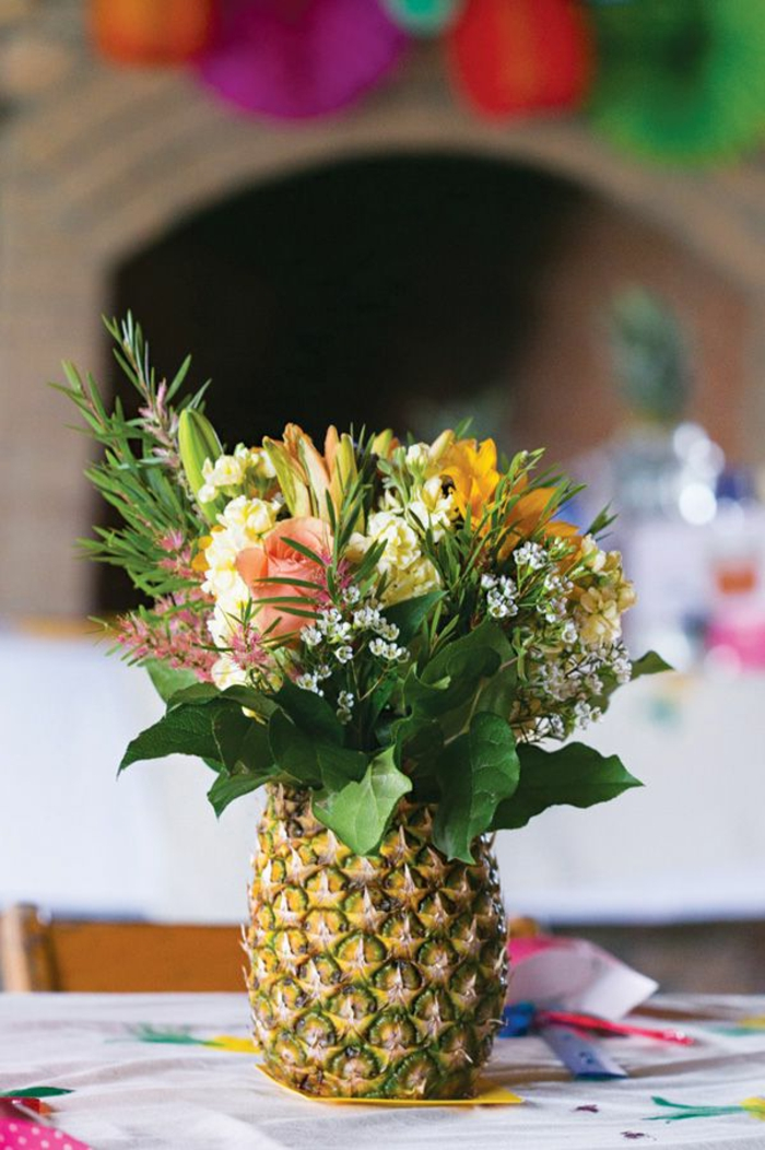 1-gros-bouquet-de-fleurs-sur-la-table-un-joli-bouquet-avec-ananas-decoration-pour-la-table