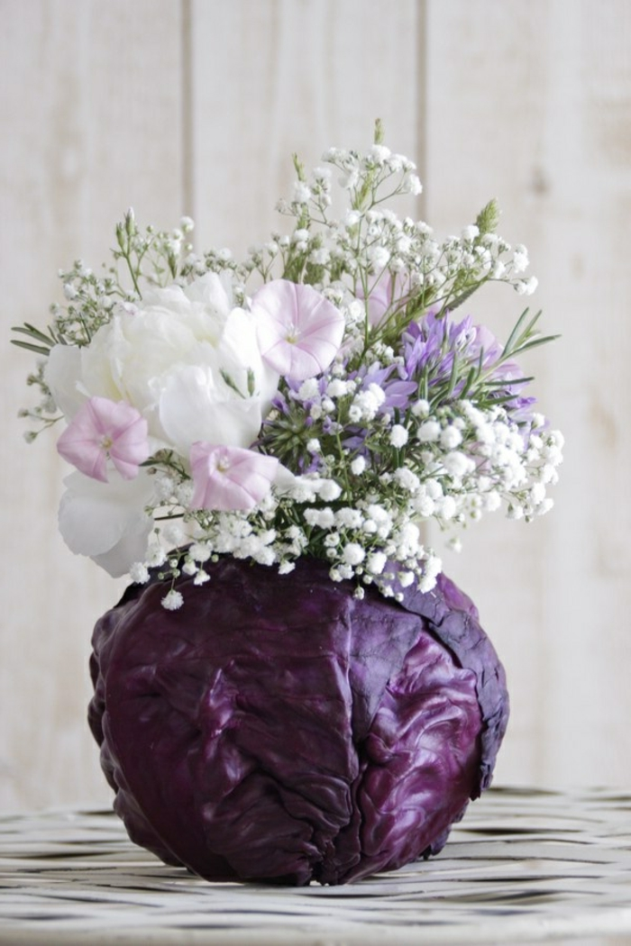 1-gros-bouquet-de-fleurs-sur-la-table-un-joli-bouquet-champetre-sur-la-table-bouquet-de-fleurs