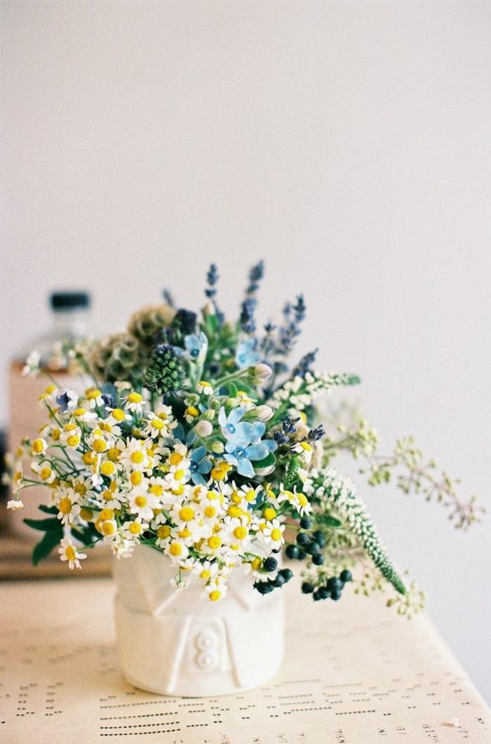 1-gros-bouquet-de-fleurs-sur-la-table-une-jolie-mode-de-decoration-avec-bouquet-champetre