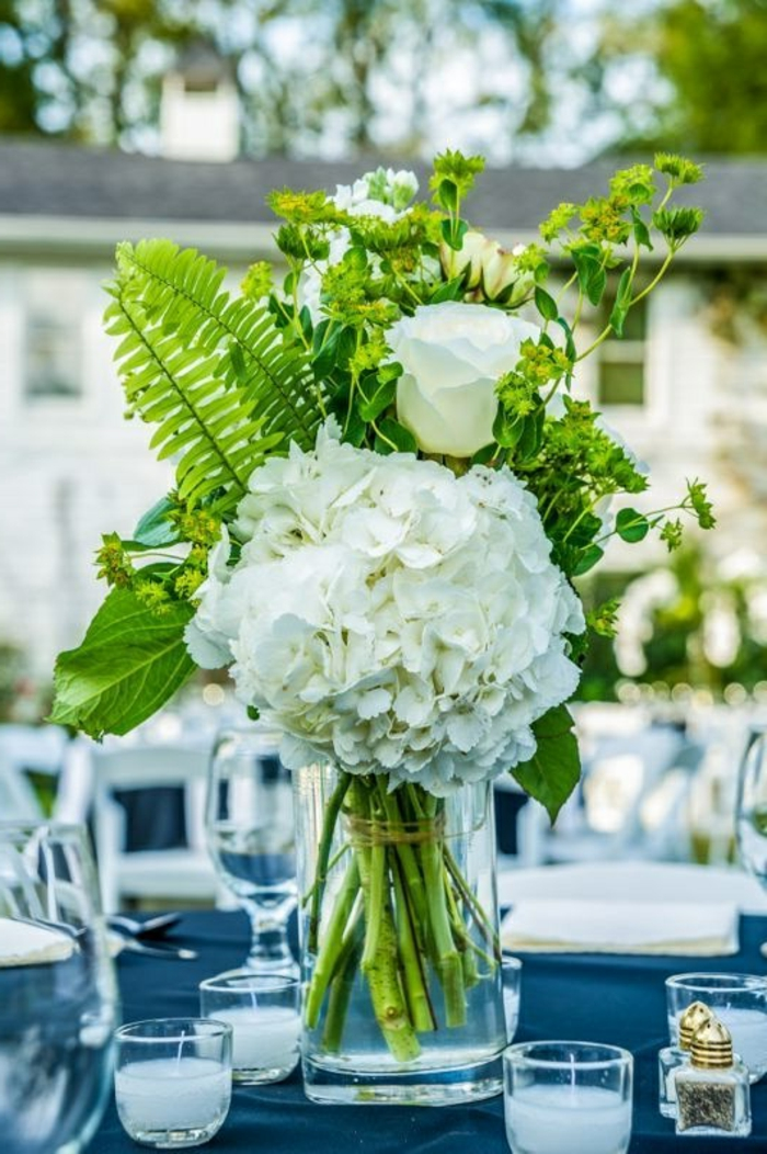1-gros-bouquet-de-fleurs-sur-la-table-une-jolie-mode-de-decoration-avec-fleurs-pour-votre-table