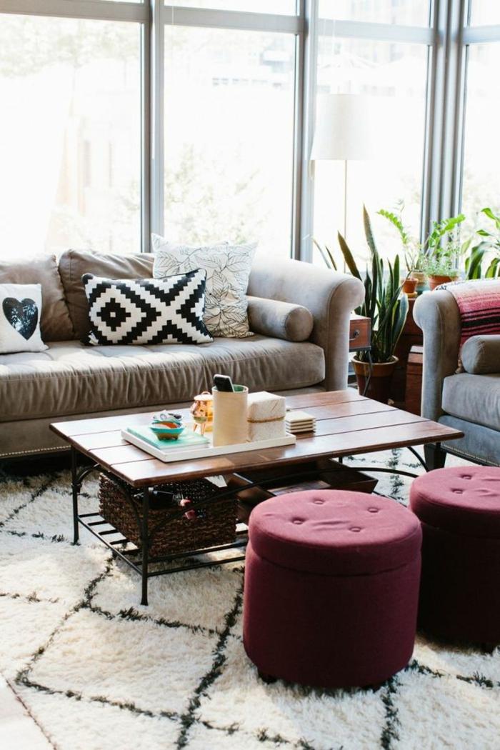 1-gros-coussin-pour-canapé-coussins-blancs-et-noires-grande-fenetre-pour-le-salon-et-table-en-bois