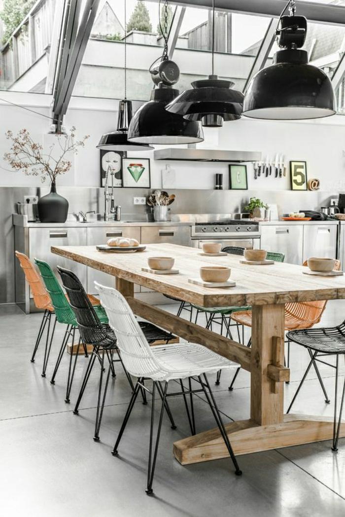 1-idee-deco-sejour-chaises-en-rotin-coloré-jolie-table-en-bois-clair-et-plafond-en-verre
