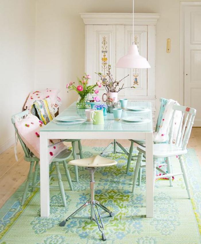 1-idee-deco-sejour-comment-accorder-les-couleurs-dans-la-salle-a-manger-avec-tapis-bleu-vert-et-chaises-blanches