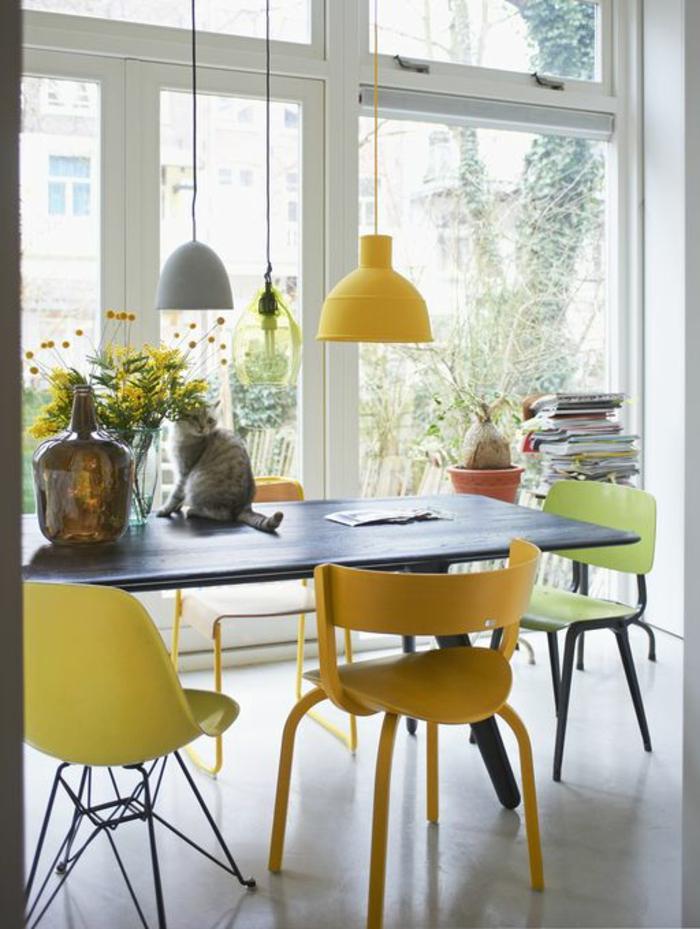 1-idee-deco-sejour-dans-la-salle-a-manger-et-chaises-jaunes-table-gris-fenetres-grandes