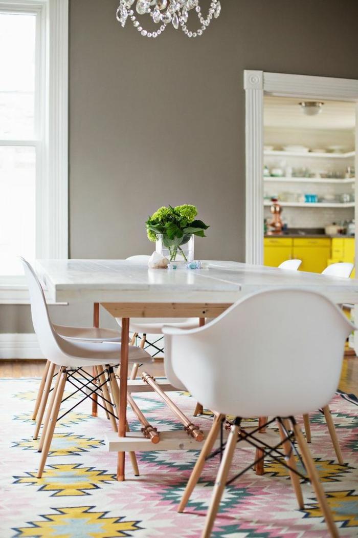 1-idee-deco-sejour-table-chaises-blanches-en-plastique-blanc