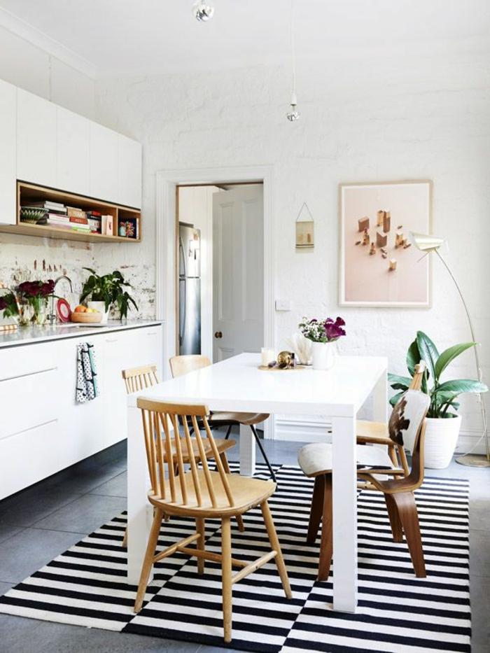 1-idee-deco-sejour-tapis-a-rayures-blanches-noires-plante-verte-d-interieur-mur-de-briques-blancs