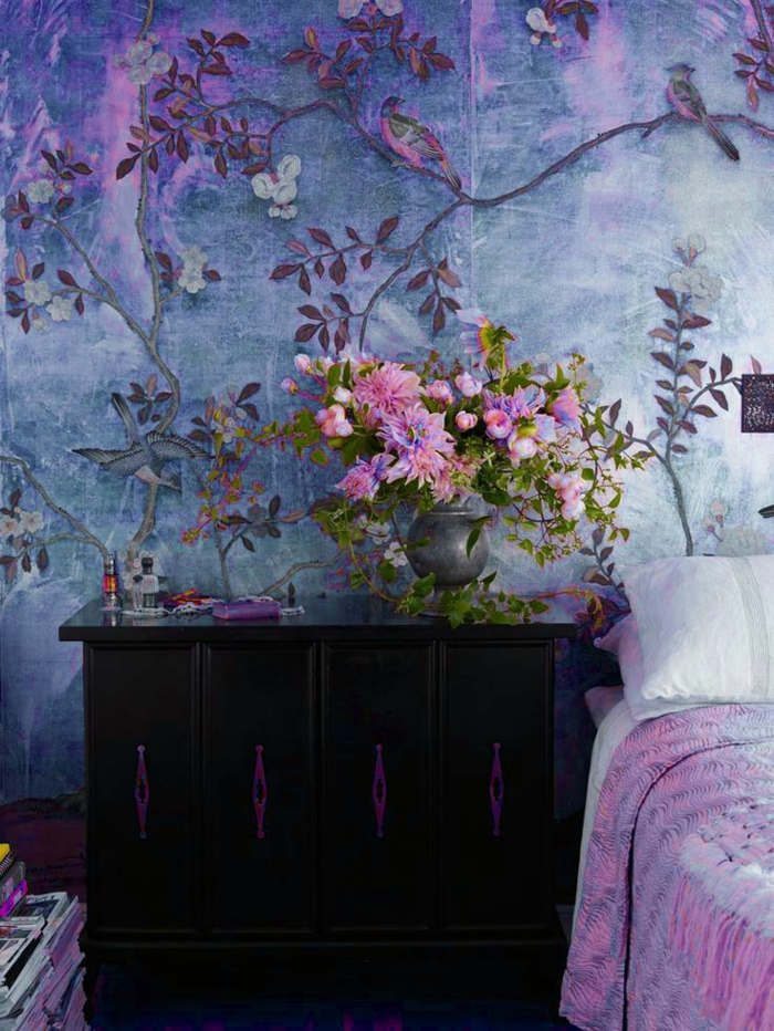 1-idee-papier-peint-dans-la-chambre-a-coucher-avec-papier-peint-fleuri-de-couleur-violet