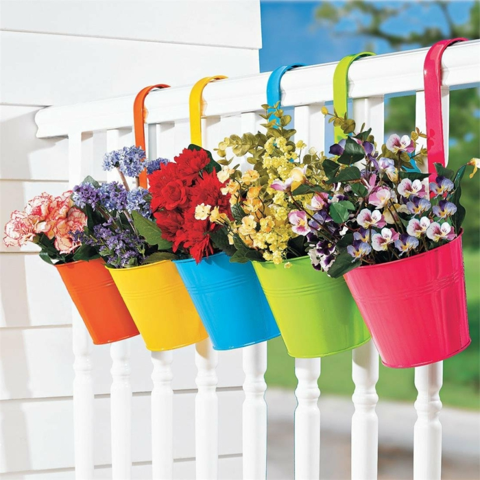 1-jardiniere-balcon-avec-fleurs-colores-pour-le-balcon-exterieur-en-bois-joli-balcon-avec-fleurs