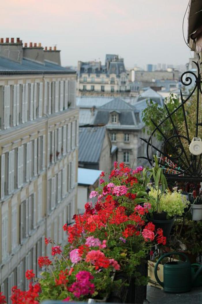 1-jardiniere-balcon-fleurs-de-balcon-rouges-et-roses-joli-balcon-avec-fleurs-joli-extérieur