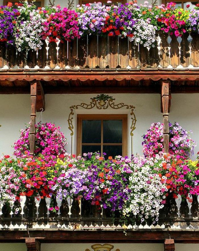 1-jardiniere-balcon-jardiniere-balcon-avec-fleurs-colorés-un-joli-balcon-en-bois-foncé