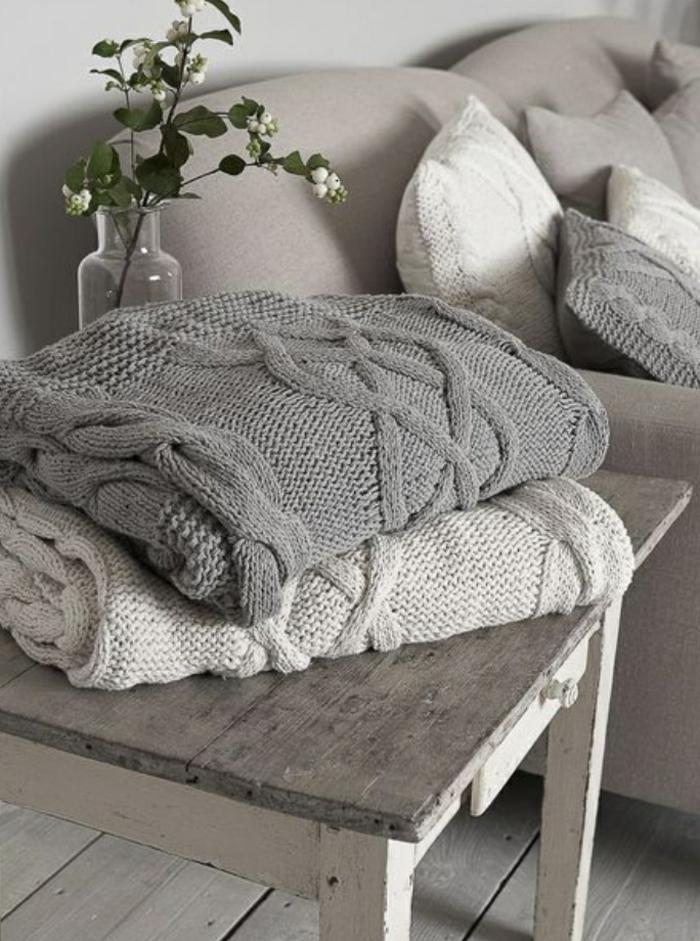 1-jeté-de-canapé-pas-cher-gris-pour-le-canape-de-salon-gris-plaid-pas-cher-et-fleurs-de-salon