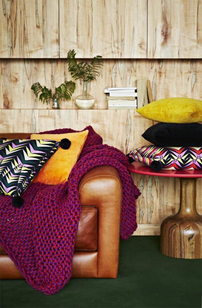 1-jeté-de-canapé-pas-cher-violette-pour-le-canape-en-cuir-marron-dans-le-salon-moderne