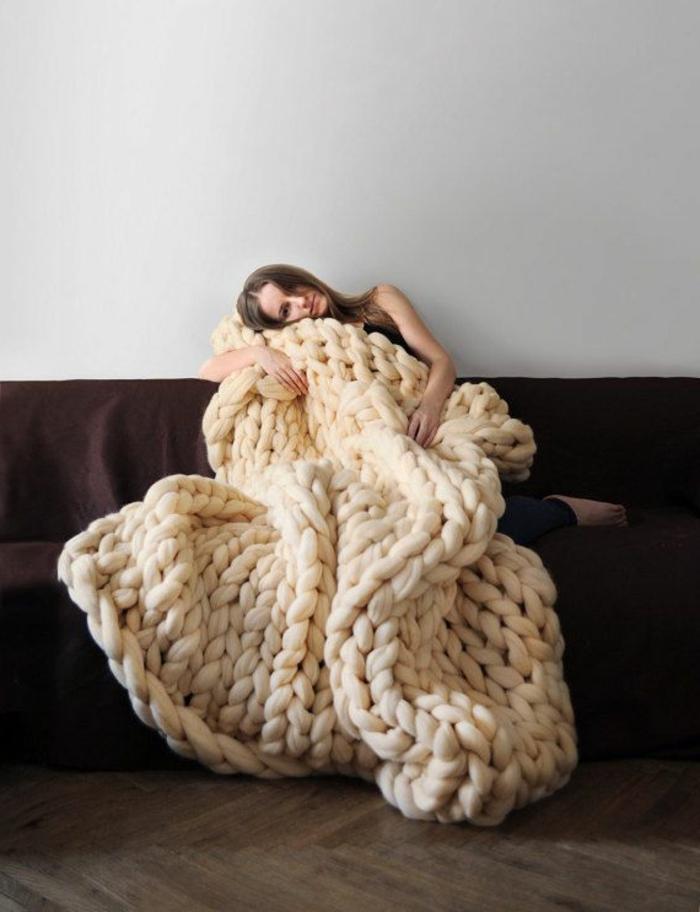 1-jeté-de-canapé-tricote-a-main-blanc-sol-en-parquet-foncé-mur-blanc-canapé-marron
