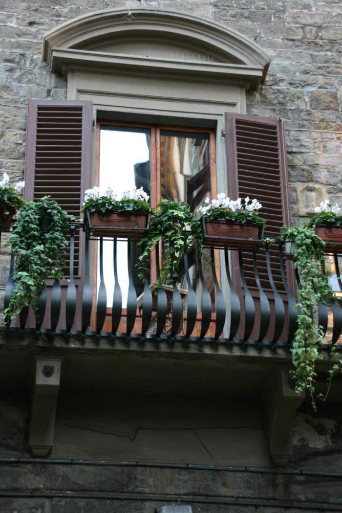 1-joli-bacon-avec-fleurs-blancs-pour-decorer-bien-l-exterieur-de-votre-balcon-avec-fleurs-blancs
