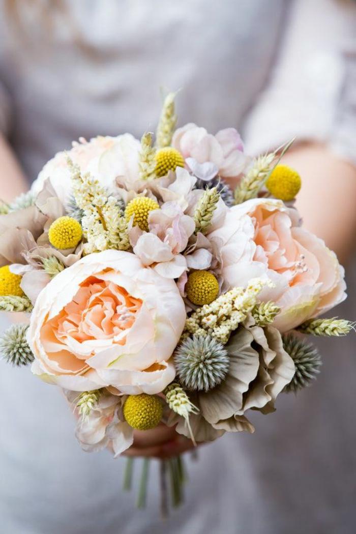 1-joli-bouquet-mariée-rond-avec-pivoines-roses-beiges-et-decoration-avec-fleurs-pour-le-jour-de-mariage