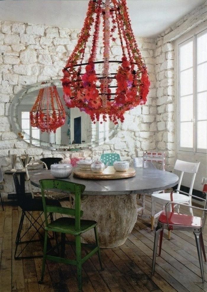 1-joli-salle-de-sejour-avec-mur-en-pierre-de-parement-intérieur-blanc-lustre-rouge-et-table-ronde