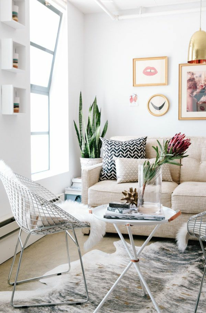1-joli-salon-avec-canape-beige-et-gros-coussin-pour-canapé-beige-et-noir