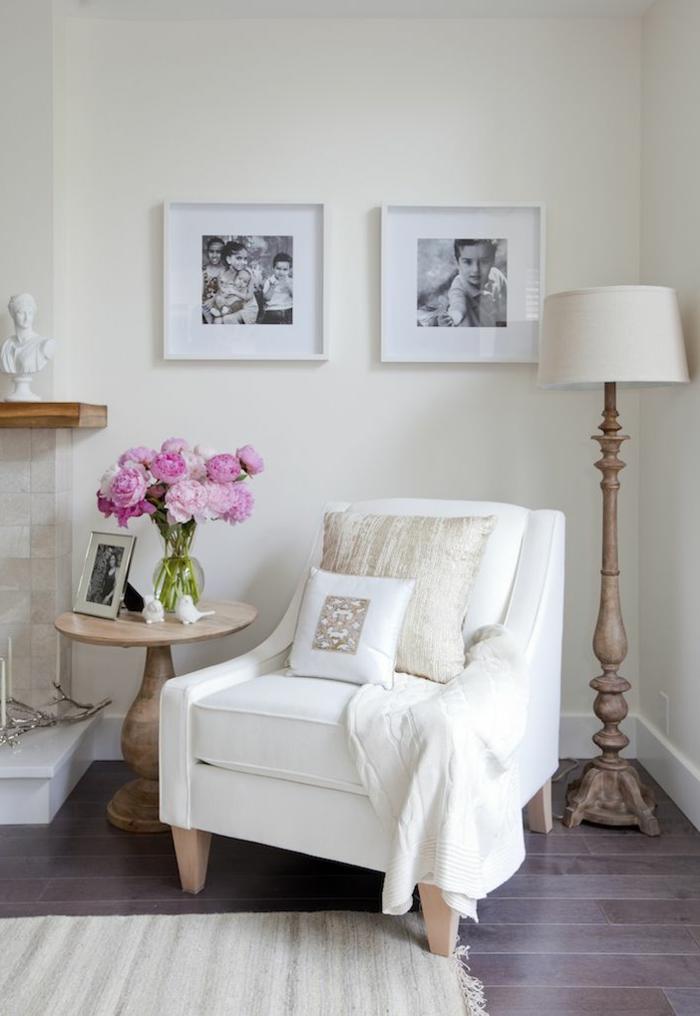 1-joli-salon-avec-lampe-de-salon-blanche-sur-pied-pour-le-salon-avec-murs-blancs-et-meubles-d-intérieur-modernes