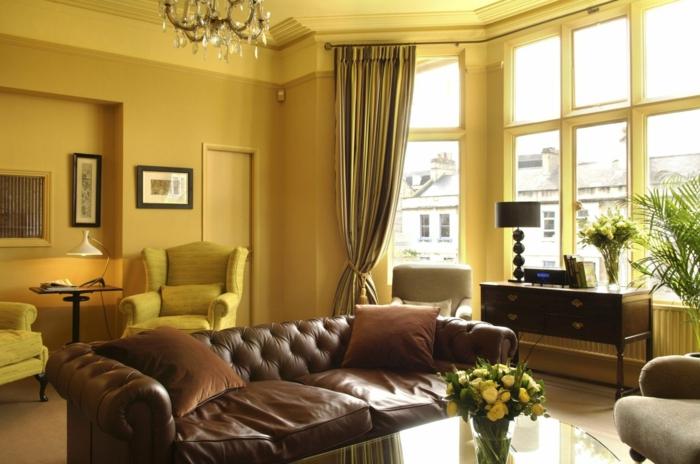 1-joli-salon-avec-murs-jaunes-significations-des-couleurs-pour-le-salon-de-style-baroque