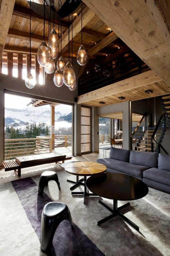 1-joli-salon-d-esprit-loft-avec-poutre-decorative-poutre-chene-pour-le-plafond-et-canapé-gris