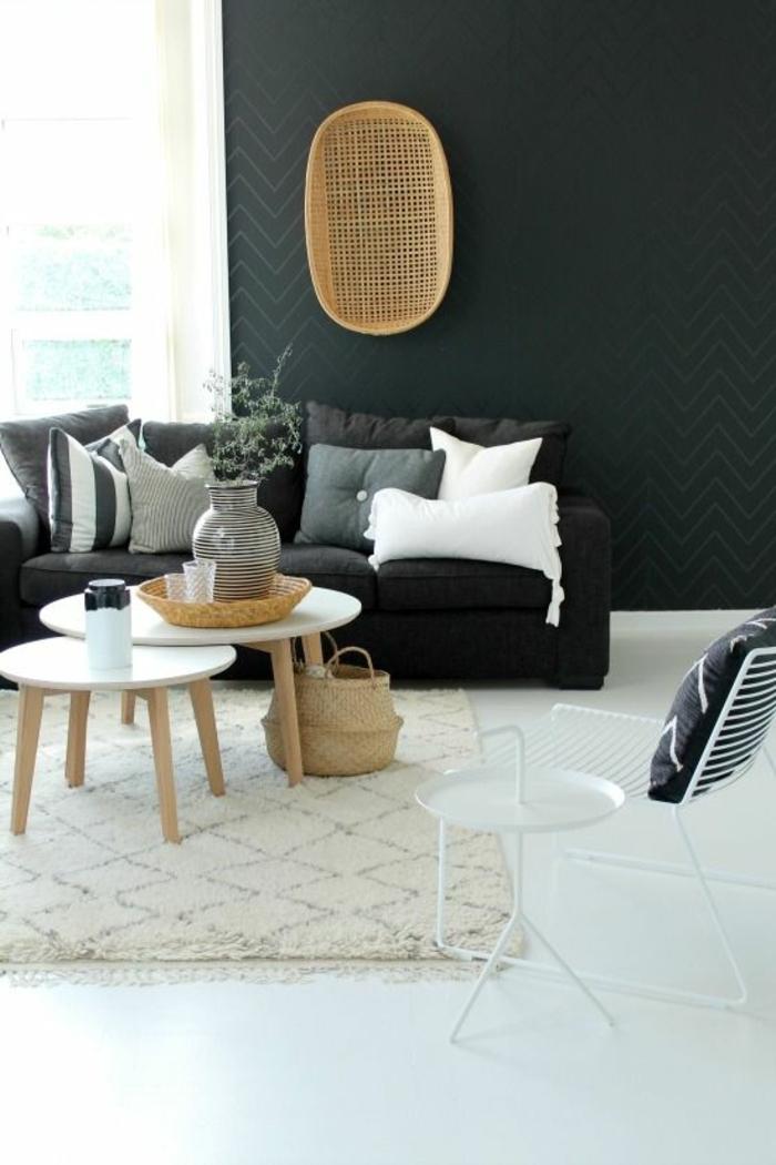 1-joli-salon-de-style-marocain-murs-noirs-sol-blanche-tapis-beige-lustre-rotin