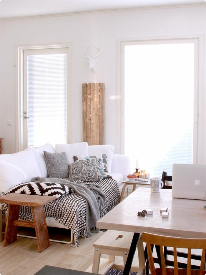1-joli-salon-de-style-scandinave-canape-blanc-avec-coussins-et-table-en-bois-sol-en-parquet-clair