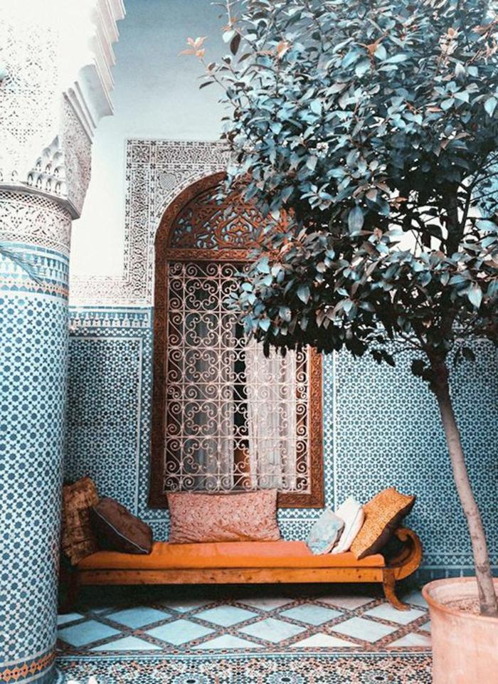1-joli-salon-marocain-meubles-d-intérieur-modernes-marocains-canapé-en-cuir-marron