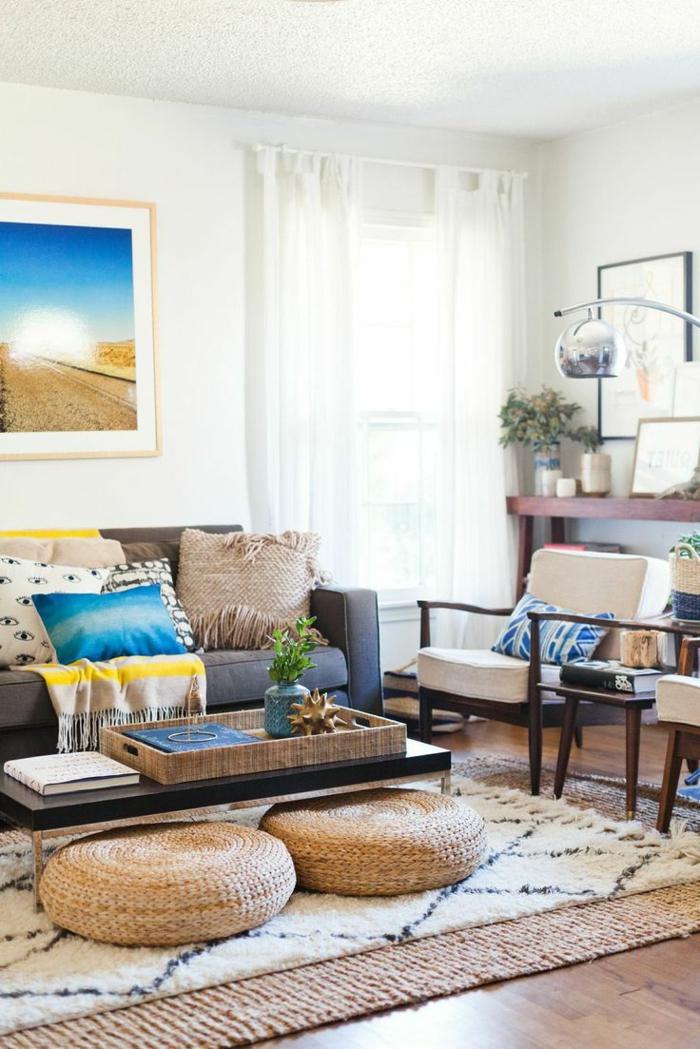 1-joli-salon-marocain-tissu-salon-marocain-avec-canape-gris-et-fleurs-sur-la-table