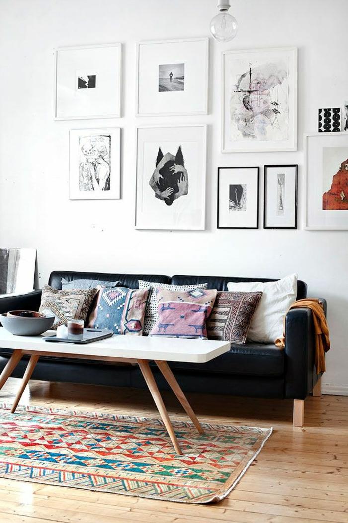 1-joli-tapis-coloré-dans-le-salon-marocain-mur-blanc-avec-peintures-muraux-canape-marocain