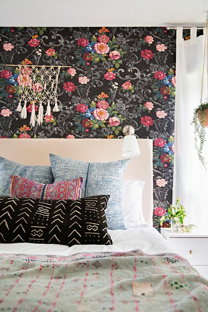 1-jolie-chambre-a-coucher-avec-papier-peint-fleuri-plafond-blanc-et-lit-avec-coussins-modernes