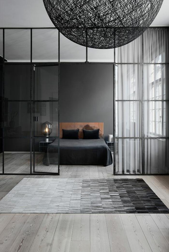 1-jolie-chambre-a-coucher-avec-tapis-gris-et-parquet-gris-lit-avec-couverture-noire-verriere-loft