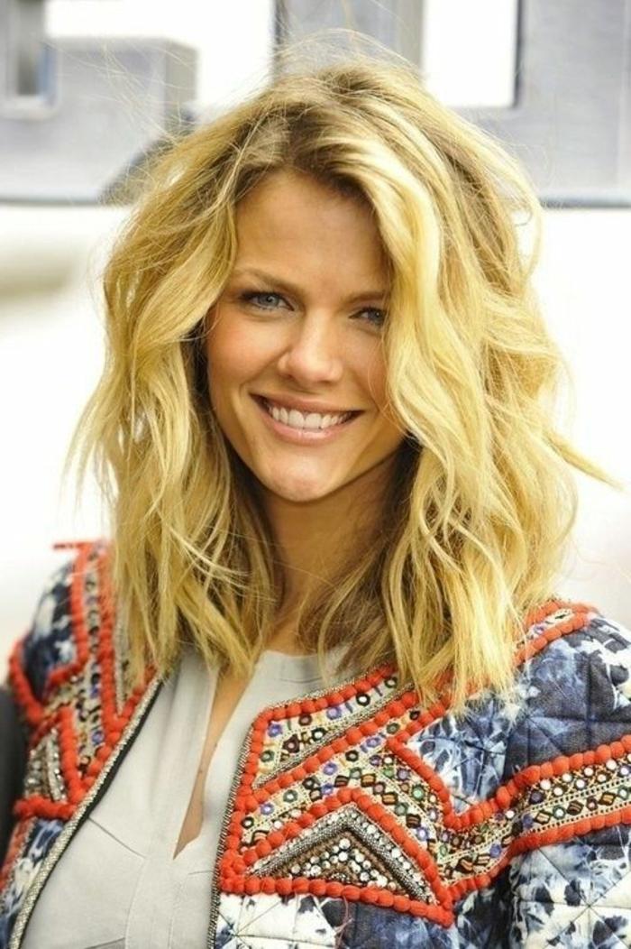 1-jolie-coupe-de-cheveux-dégradé-femme-blonde-veste-coloré-jolie-femme-moderne-blouse-beige