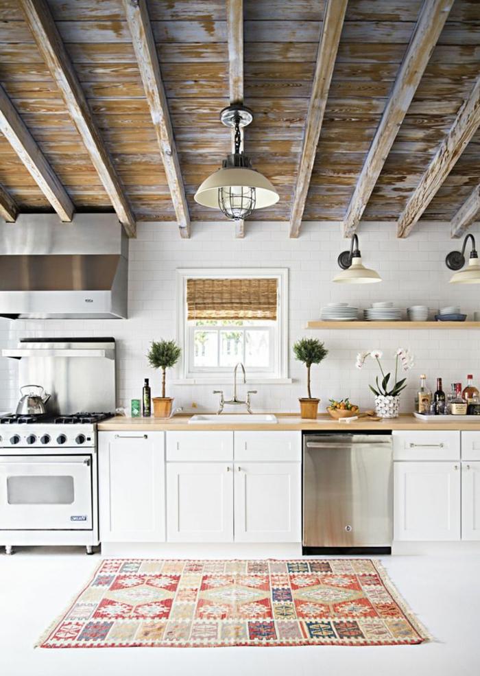 1-jolie-cuisine-avec-poutre-en-bois-poutre-chene-tapis-coloré-pour-la-cuisine-moderne