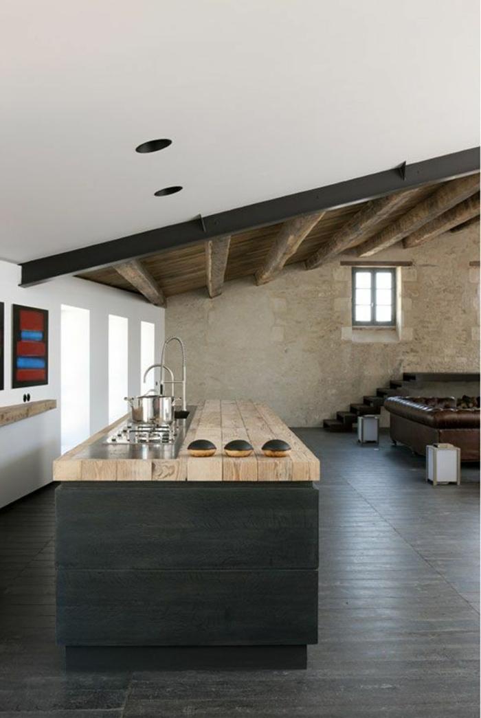1-jolie-cuisine-sous-combles-sol-en-planchers-noirs-relooker-sa-cuisine-meubles-en-bois