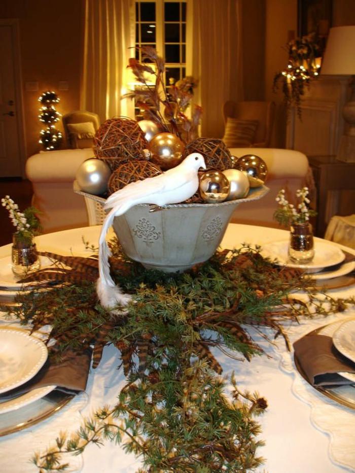 1-jolie-decoration-pour-la-table-avec-une-nappe-blanche-et-branche-de-sapin-vert