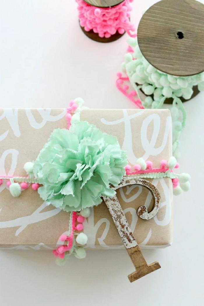 1-jolie-decoration-pour-papier-cadeau-original-ruban-vert-papier-beige-pour-decorer-le-cadeau