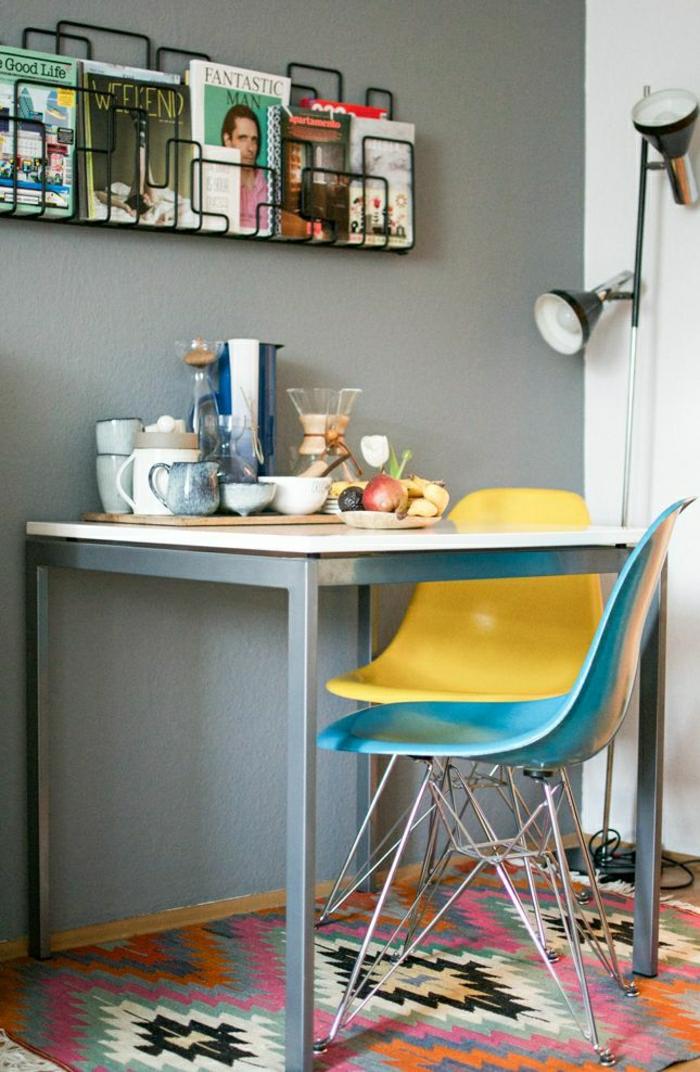 1-jolie-idee-pour-votre-porte-revues-conforama-en-fer-noir-pour-les-murs-gris-chaises-colorés-en-plastique