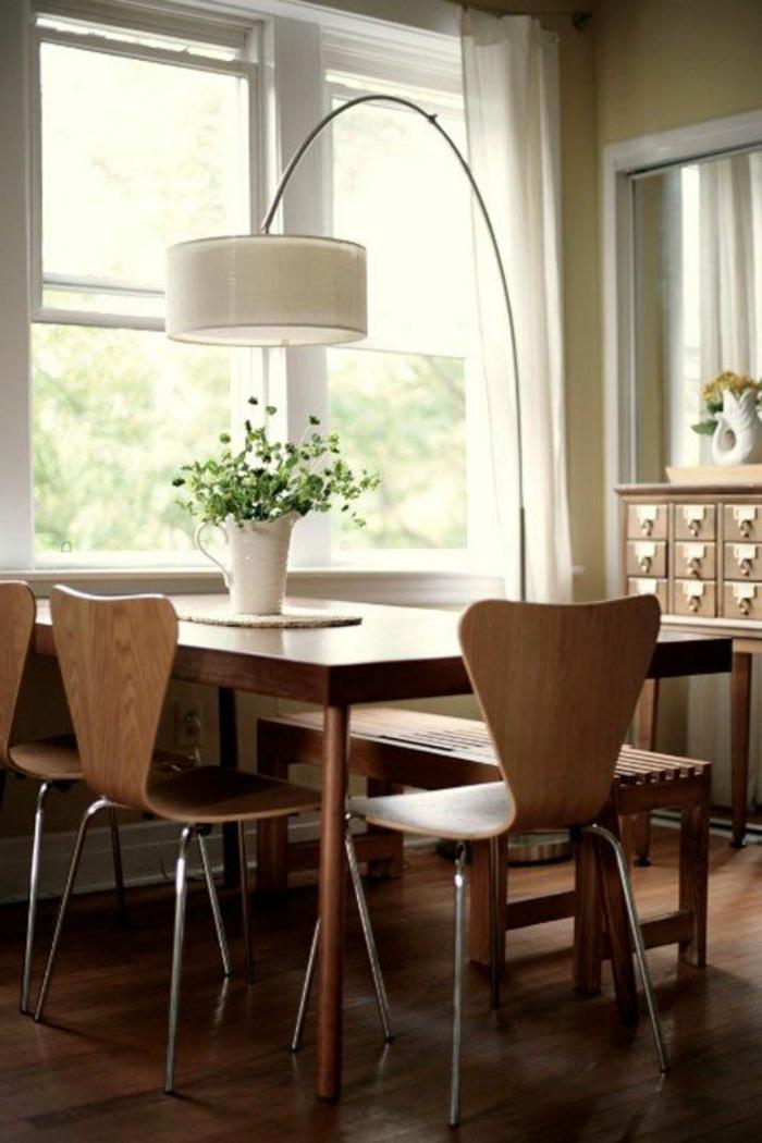 1-jolie-lampe-arc-pour-la-salle-de-sejour-moderne-avec-chaise-en-bois-claire-et-plante-verte-d-interieur