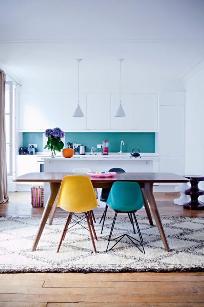 1-jolie-salle-à-manger-complète-conforama-avec-chaises-en-plastique-colores-et-table-en-bois