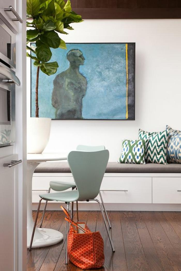 1-jolie-salle-a-manger-avec-chaises-en-plastique-de-couleut-beu-clair-et-table-tulipe