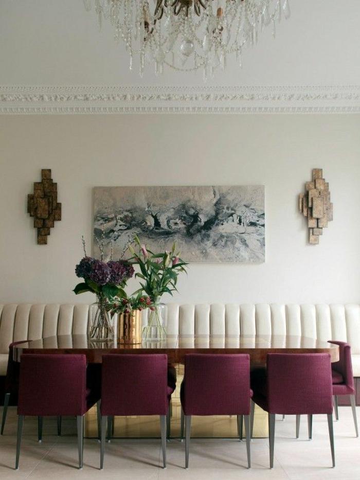 1-jolie-salle-de-sejour-avec-chaises-bordeaux-pour-la-salle-de-sejour-avec-fleurs-sur-la-table