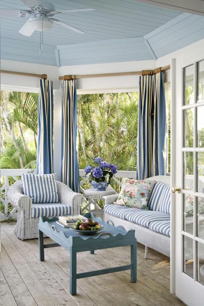 1-jolie-variante-pour-votre-véranda-en-kit-plafond-sol-avec-planchers-en-bois-clair-table-en-bois-bleu