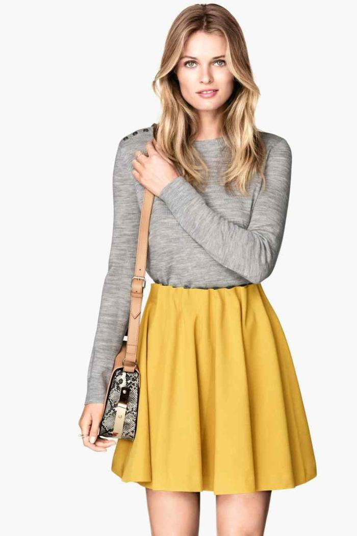 1-jupe-sequin-jaune-pour-les-filles-modernes-blondes-avec-yeux-verts-t-shirt-gris